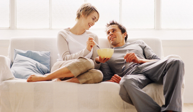 couple-couch-eating-628x363
